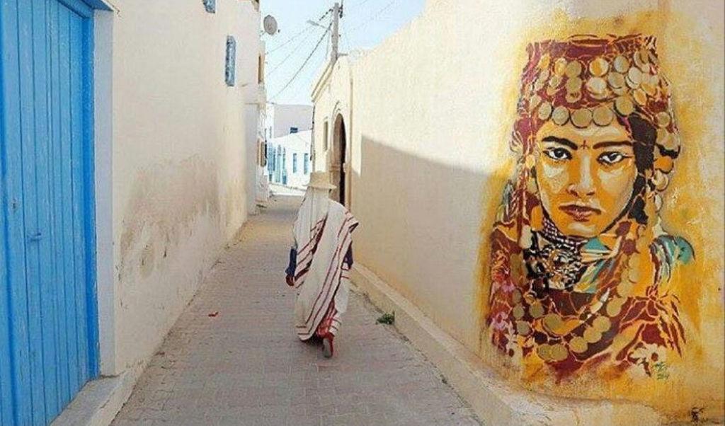 Femme tunisienne de dos dans une ruelle de Tunis